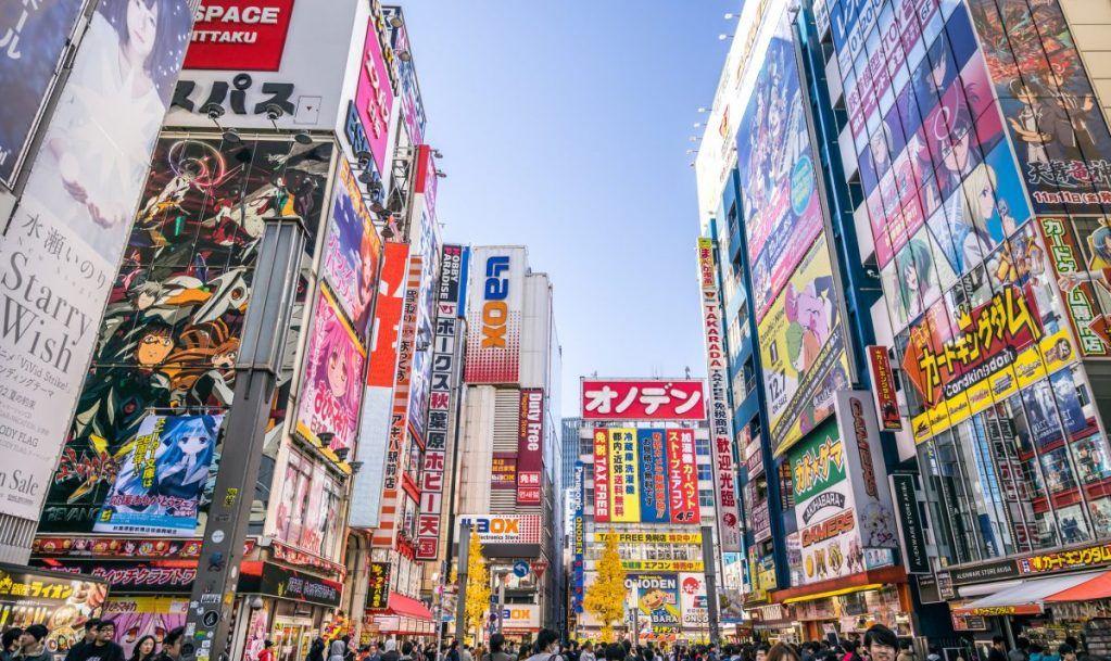 akihabara shops crowd
