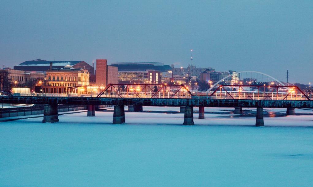 Des Moines skyline accros frozen Des Moines River