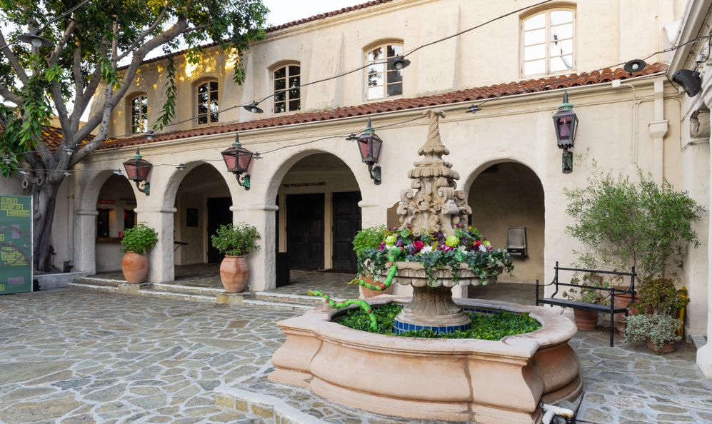 image of the Pasadena Playhouse courtyard.