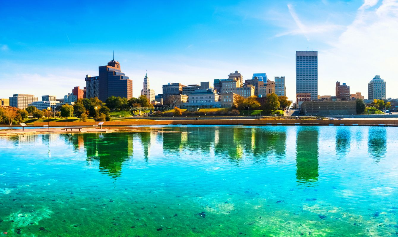 Panoramic view of downtown Memphis (TE, USA) reflected in a fountain.