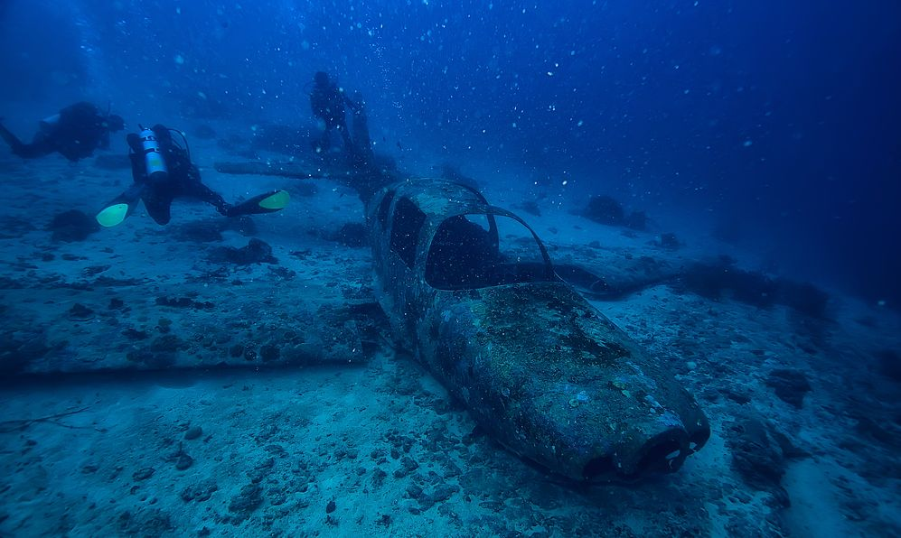 sunken plane diving, plane crash, incident, search under water, crash, divers